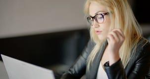 Funcionamento irritado da jovem mulher até a noite atrasada no escritório video estoque