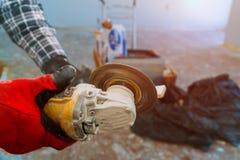 Funcionamento lateral do moedor em pavimentar a telha na construção com moedor elétrico fotos de stock royalty free