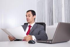 Funcionamento maduro do homem de negócios Imagens de Stock Royalty Free