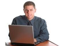 Funcionamento masculino novo no portátil imagem de stock
