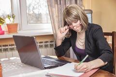 Funcionamento moderno da mulher de negócio Fotografia de Stock Royalty Free