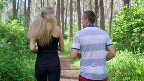 Funcionamento no parque Corredores masculinos e fêmeas Esporte e estilo de vida saudável filme