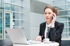 Funcionamento novo da mulher de negócio Imagens de Stock