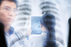 Funcionamento ocupado dos doutores asiáticos Imagem de Stock