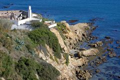 Funcionamento velho que constrói para baixo ao lado do mar Foto de Stock Royalty Free