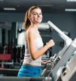 Funcionamentos atrativos da jovem mulher em uma escada rolante Fotos de Stock Royalty Free