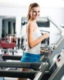 Funcionamentos atrativos da jovem mulher em uma escada rolante Fotografia de Stock
