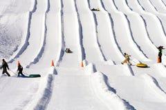 Funcionamentos da tubulação da neve do alojamento do esqui Fotografia de Stock