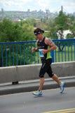 Funcionamentos do homem na 2a maratona de Belgrado Fotos de Stock