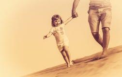 Funcionamiento abajo de las dunas de arena Fotografía de archivo libre de regalías