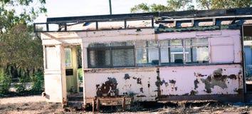 Funcionamiento abajo del carro ferroviario viejo usado para el refugio foto de archivo