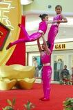 Funcionamiento acrobático chino, el ejercicio de equilibrio Imagen de archivo