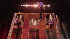 Funcionamiento acrobático en el trampolín en el circo almacen de metraje de vídeo