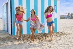 Funcionamiento adolescente de las muchachas de los mejores amigos feliz en playa Imagen de archivo libre de regalías