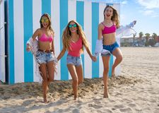 Funcionamiento adolescente de las muchachas de los mejores amigos feliz en playa Fotografía de archivo libre de regalías