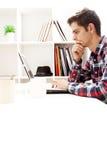 Funcionamiento adolescente en la computadora portátil Foto de archivo
