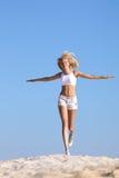 Funcionamiento adolescente feliz en la playa Foto de archivo libre de regalías