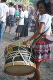 Funcionamiento africano del ` de los percussionists, al aire libre imagen de archivo