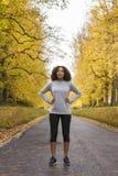 Funcionamiento afroamericano de la aptitud del adolescente de la mujer de la raza mixta Fotografía de archivo