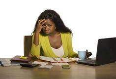 Funcionamiento afroamericano negro subrayado y trabajado demasiado atractivo joven de la mujer trastornado y desesperado en la se imagen de archivo
