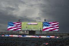 Funcionamiento americano del himno nacional en la pantalla enorme antes del partido del NFL Fotos de archivo
