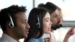 Funcionamiento asiático de la muchacha como despachador en oficina almacen de video