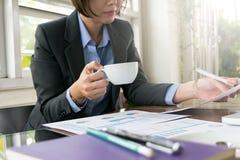 Funcionamiento asiático de la mujer de negocios Imagen de archivo libre de regalías