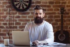 Funcionamiento barbudo del hombre de negocios Imagenes de archivo