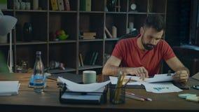 Funcionamiento cansado del hombre de negocios El trabajo monótono es también importante Trabajo del negocio almacen de video