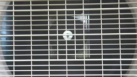 Funcionamiento casero del compresor del acondicionador de aire almacen de metraje de vídeo