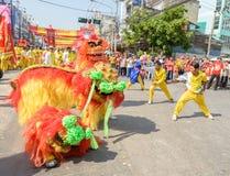 Funcionamiento chino de la danza de león para las celebraciones chinas del Año Nuevo Imágenes de archivo libres de regalías