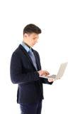 Funcionamiento concentrado stundent del adolescente en el ordenador portátil aislado en whi Fotografía de archivo libre de regalías