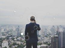 Funcionamiento de Connection Digital Device del hombre de negocios fotos de archivo