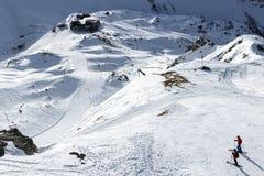 Funcionamiento de esquí montañoso de la montaña con el esquiador Imagen de archivo