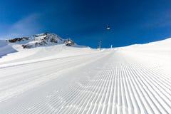 Funcionamiento de esquí preparado en la estación de esquí imagen de archivo