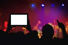 Funcionamiento de grabación de la muchedumbre del concierto de rock con la tableta digital Foto de archivo