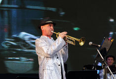 Funcionamiento de la banda de jazz en las noches blancas del festival del aire abierto Foto de archivo libre de regalías