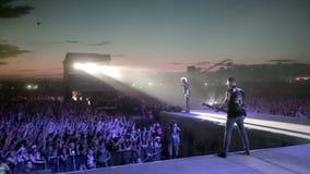 Funcionamiento de la banda de rock TARAKANY en concierto de la música almacen de video
