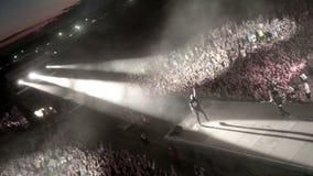 Funcionamiento de la banda de rock TARAKANY en concierto de la música almacen de metraje de vídeo