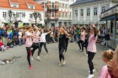 Funcionamiento de la calle en el día de la danza en Noruega Fotos de archivo