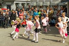 Funcionamiento de la calle en el día de la danza en Noruega Imagen de archivo libre de regalías