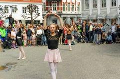 Funcionamiento de la calle en el día de la danza en Noruega Imágenes de archivo libres de regalías