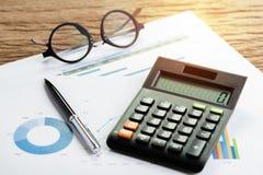 Funcionamiento de la compañía o concepto del comentario financiero y de los cálculos Foto de archivo libre de regalías