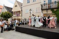Funcionamiento de la danza en el festival histórico Imágenes de archivo libres de regalías