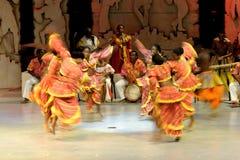 Funcionamiento de la danza popular de las mujeres Imágenes de archivo libres de regalías