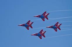 Funcionamiento de la demostración del grupo de la aviación de acrobacias aéreas Milita Fotografía de archivo