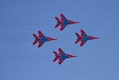 Funcionamiento de la demostración del grupo de la aviación de acrobacias aéreas Milita Fotos de archivo