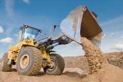 Funcionamiento de la excavación del cargador de la rueda Foto de archivo libre de regalías