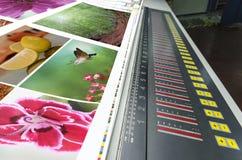 Funcionamiento de la impresora compensado de la prensa de la máquina en la tabla Imágenes de archivo libres de regalías