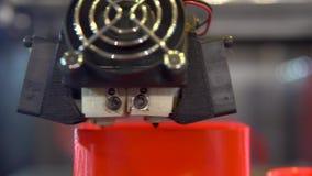 funcionamiento de la impresora 3D Impresora automática 3D que imprime un objeto del plástico almacen de metraje de vídeo
